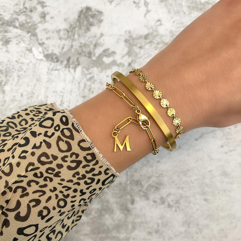 Trendy armbanden met een letter eraan
