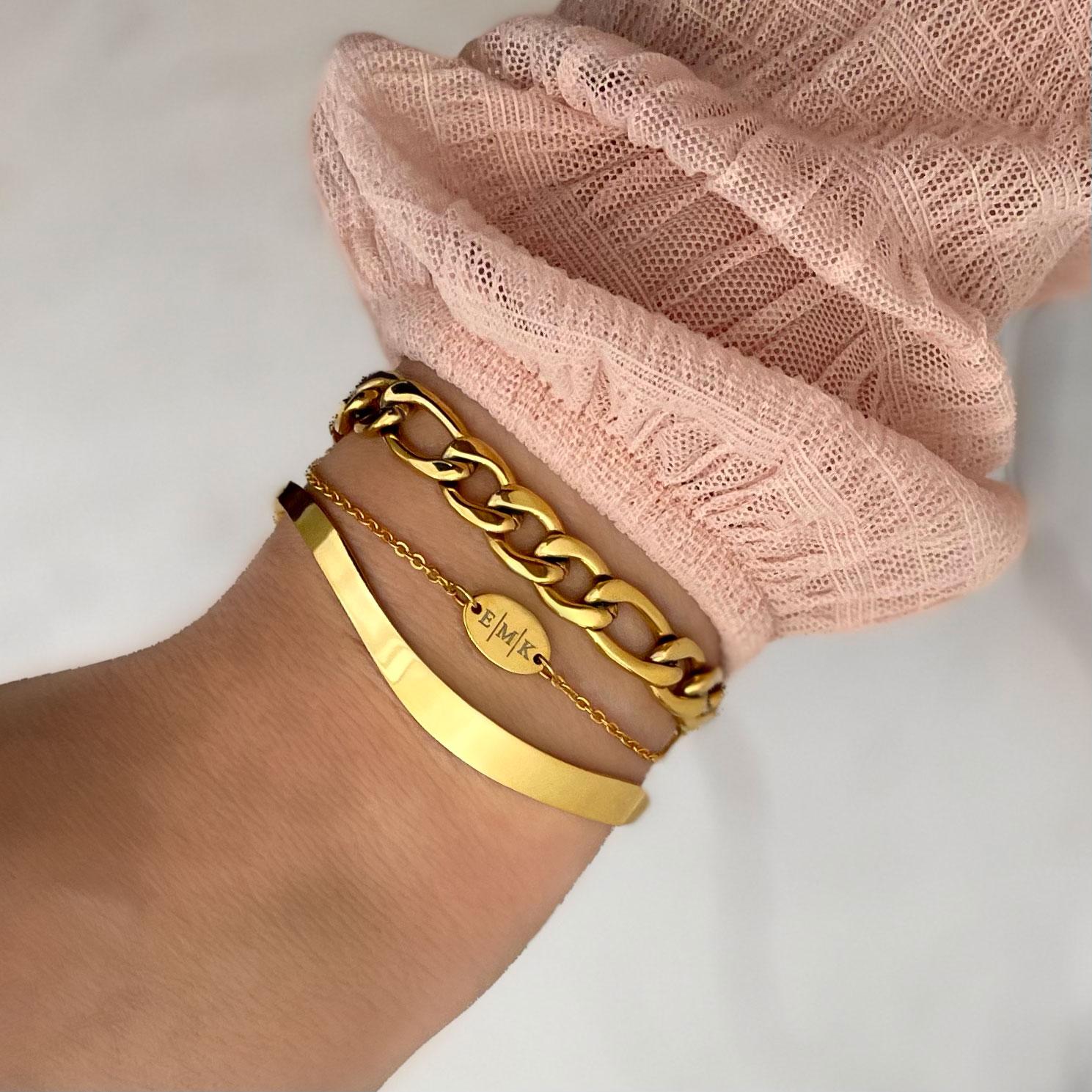 Gouden bangle gecombineerd met gepersonaliseerde armband en schakelarmband