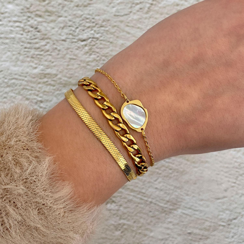 Gouden armbanden met parelmoer en chains