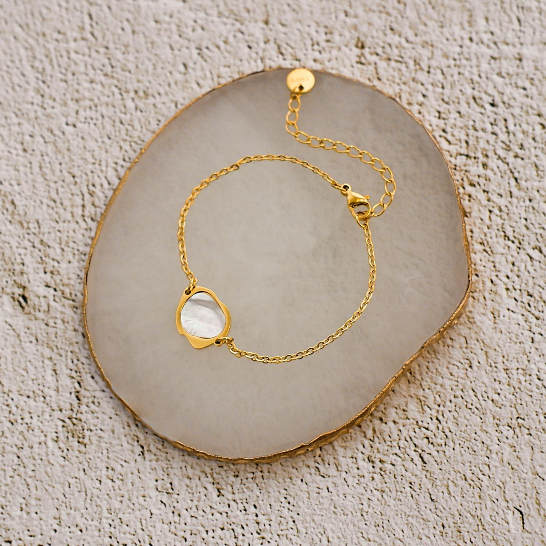 Gouden parelmoer armband op marmeren ondergrond