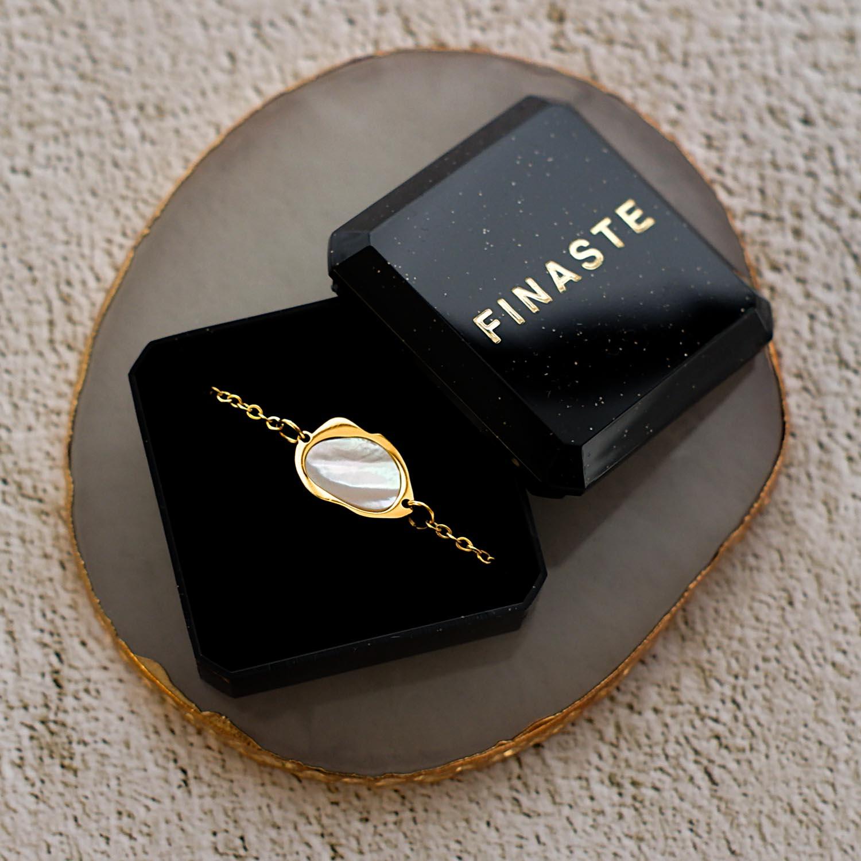 Gouden armband met sea shell parelmoer in sieradendoosje