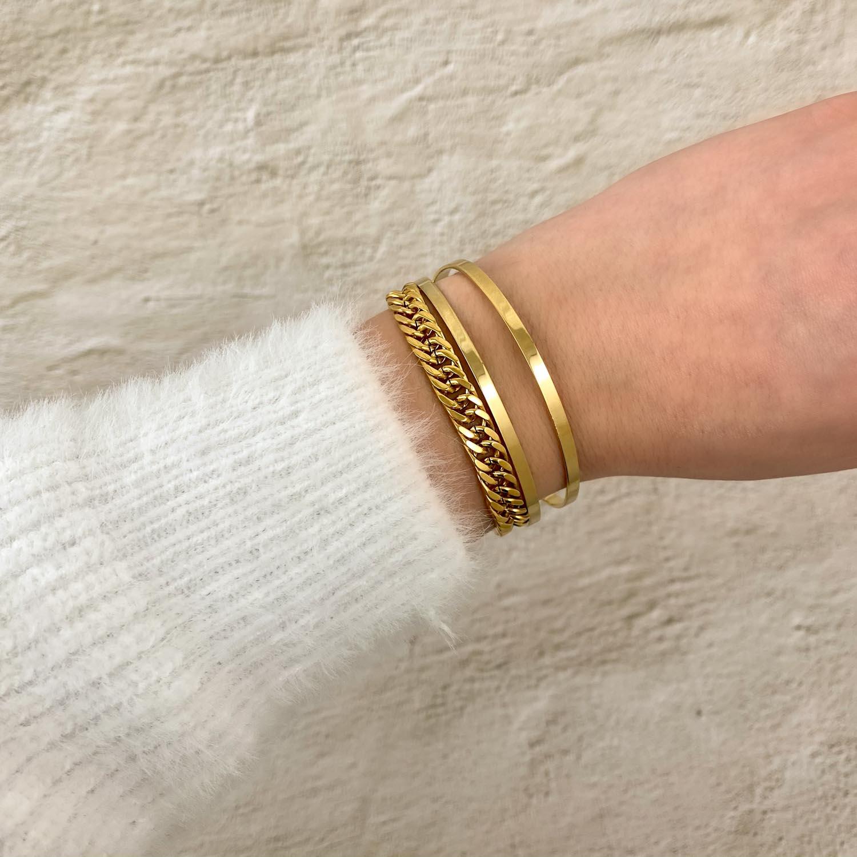 Pols met gouden finaste armbandjes