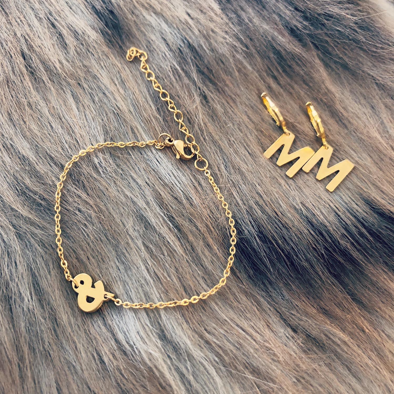 Gouden initial oorbellen en armbandje
