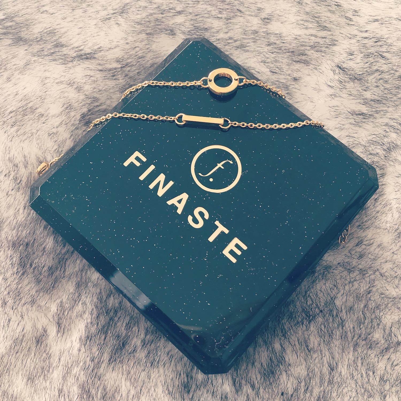 Gouden armbandjes op sieradendoosje van Finaste