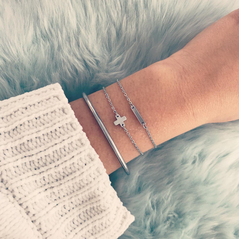 Zilveren bar armband gecombineerd met fijne armbandjes