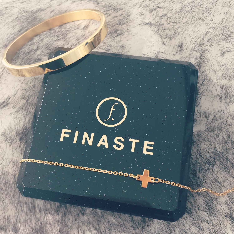 Sieradendoosje van Finaste met bangle en armbandje in goud