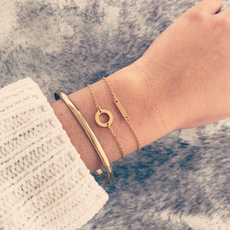 Gouden bar armband gecombineerd met minimalistische gouden armbandjes