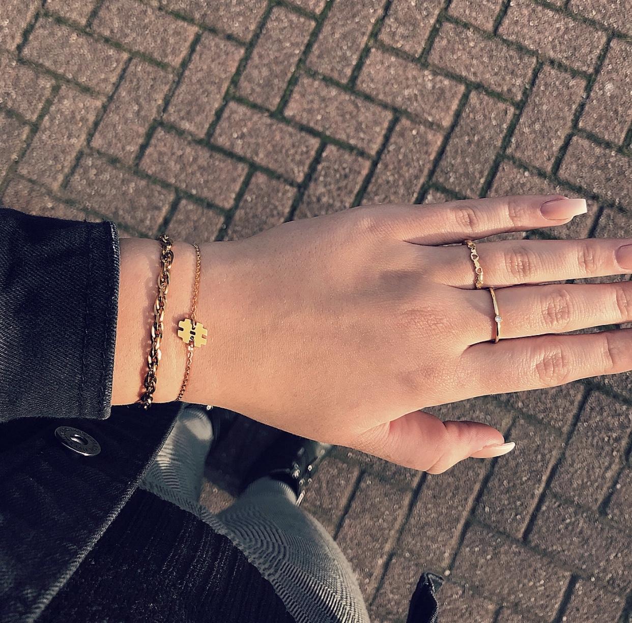 Gouden ring met hartjes gecombineerd met andere sieraden