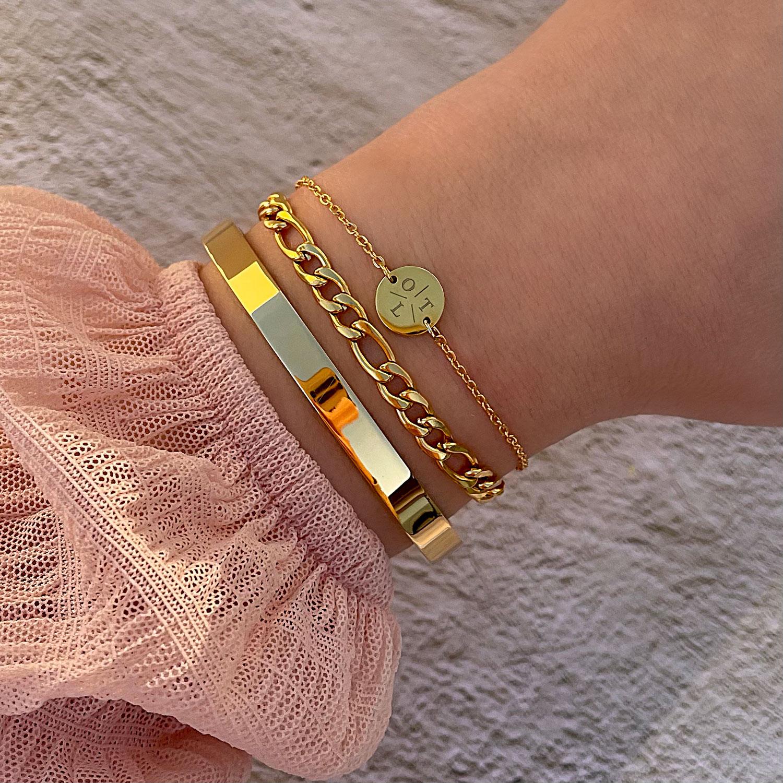Vrouw draagt mooie finaste armbanden om pols