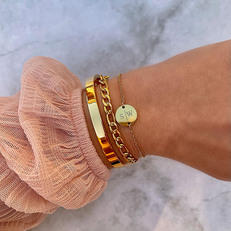 Vrouw draagt armparty in de kleur goud om pols