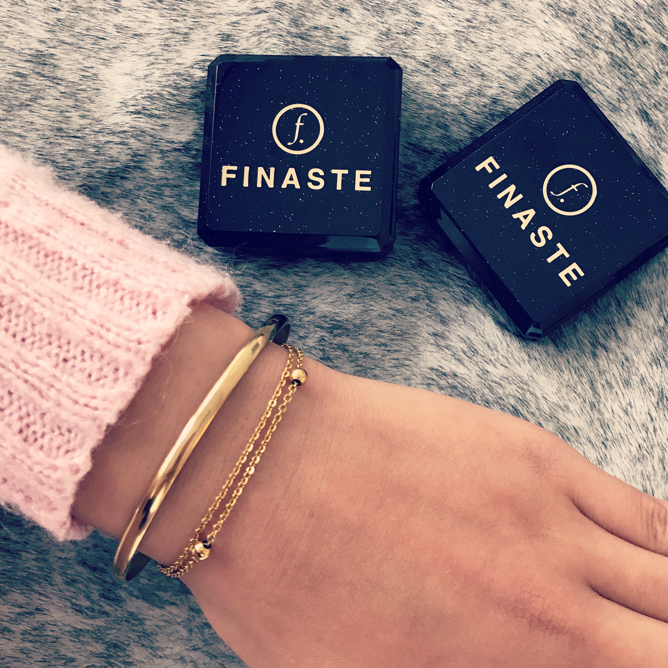 Gouden armbandjes combinatie met sieradendoosjes