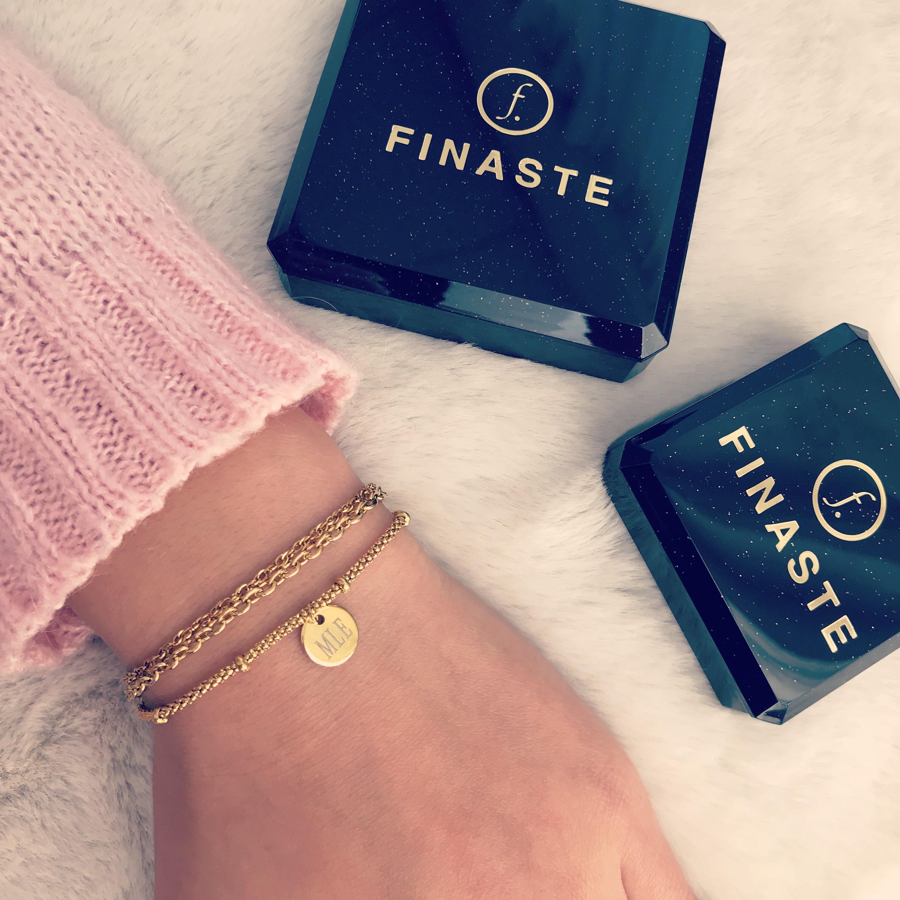 Gouden armbandjes met roze trui en sieradendoosjes