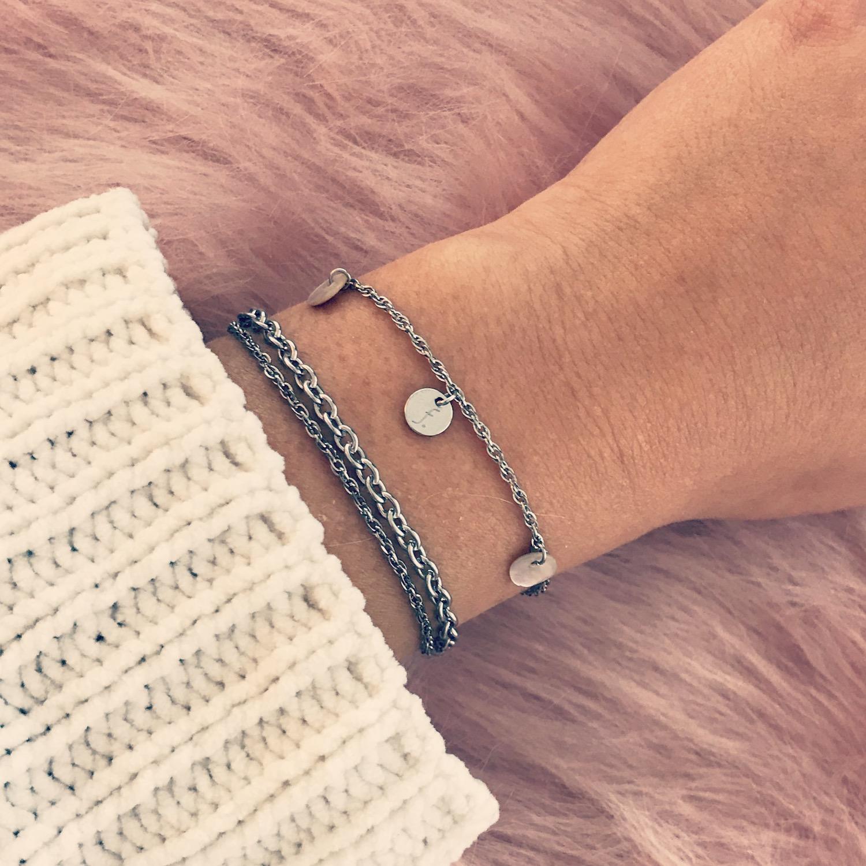 Zilveren armband met schelpjes en muntje gecombineerd met schakelarmbandje