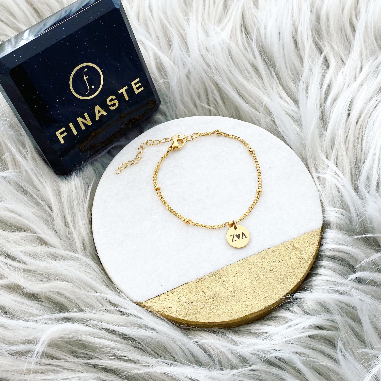 Gouden armbandje met letters en hartje bij sieradendoosje