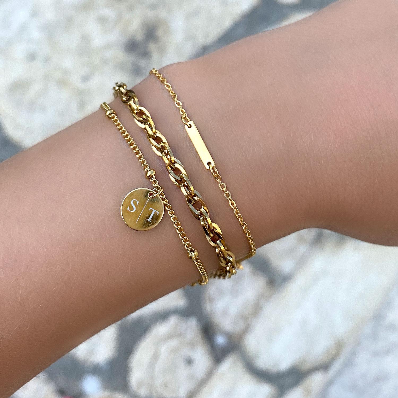 Mix van gouden armbandjes om de pols met gravering