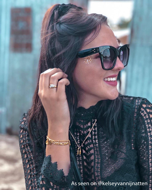 Finaste girl met verschillende gouden sieraden