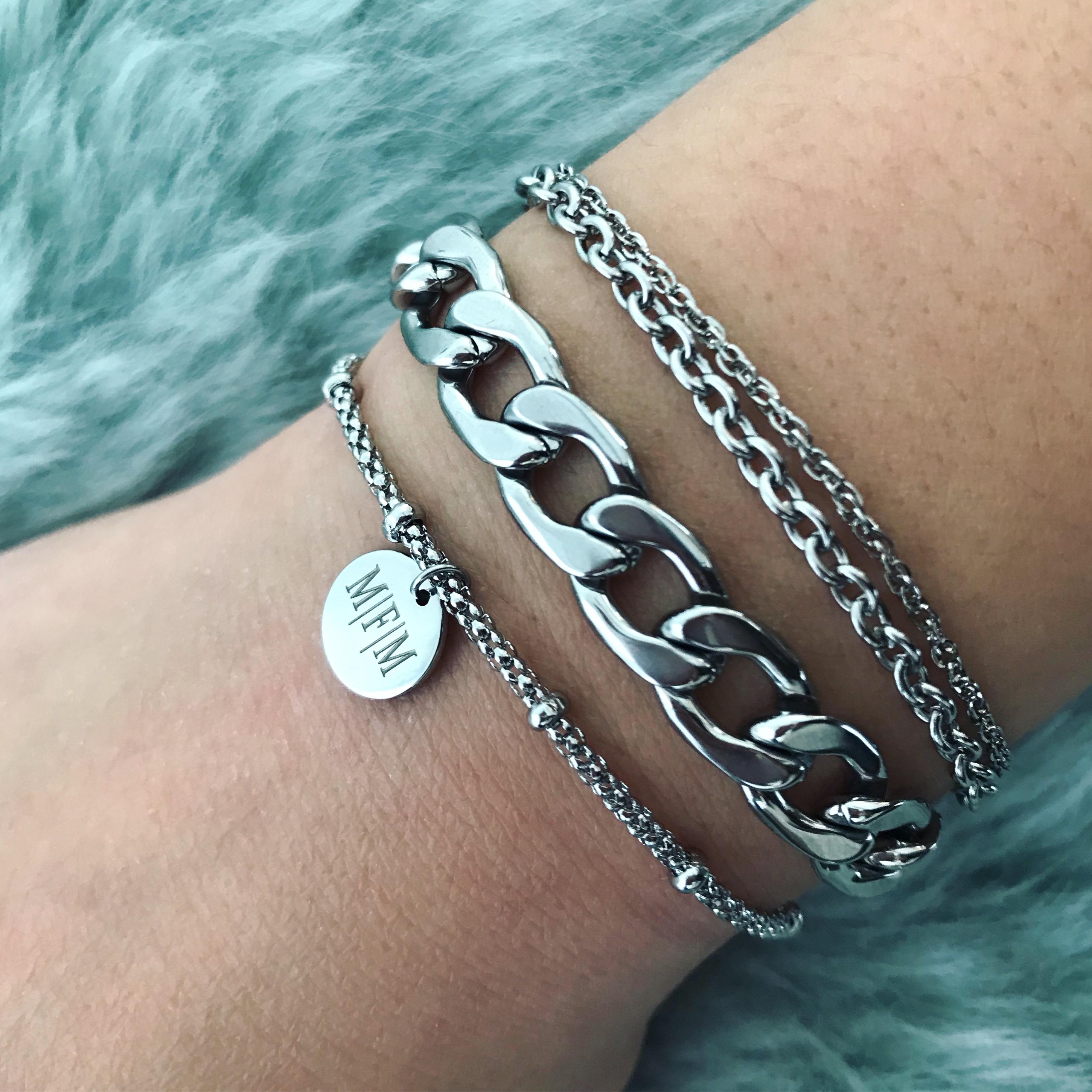 Zilveren armbandjes bij elkaar gecombineerd