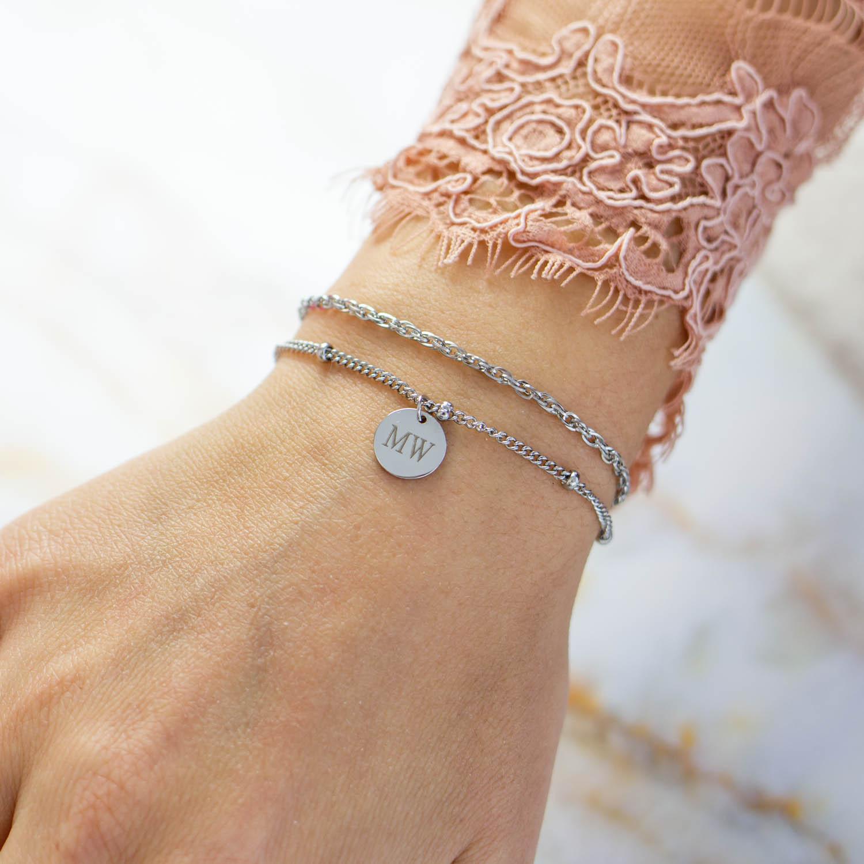 Pols met kanten top met zilveren armbandjes