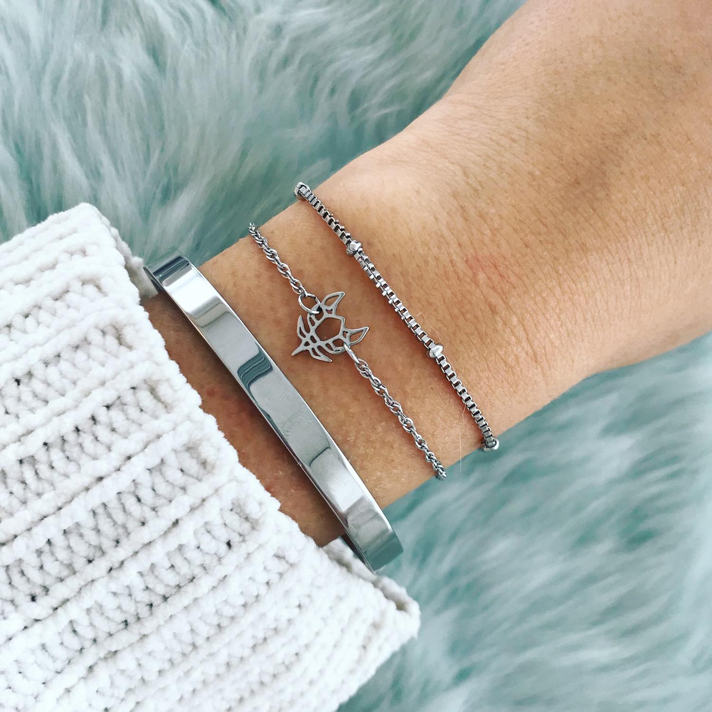 Zilveren bangle gecombineerd met minimalistische zilveren armbandjes
