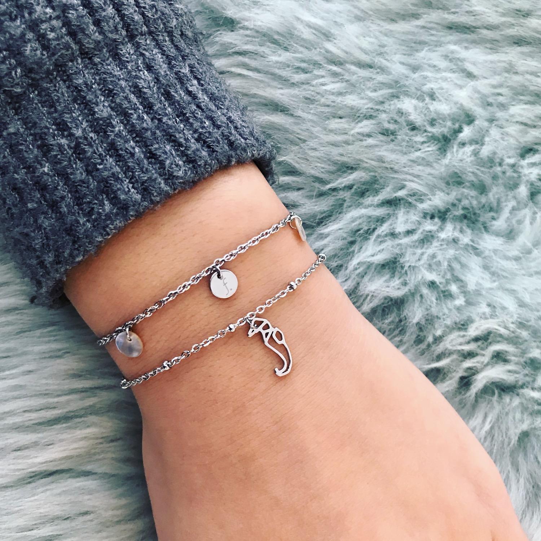 vrouw draagt stainless steel armbanden van finaste die niet verkleuren