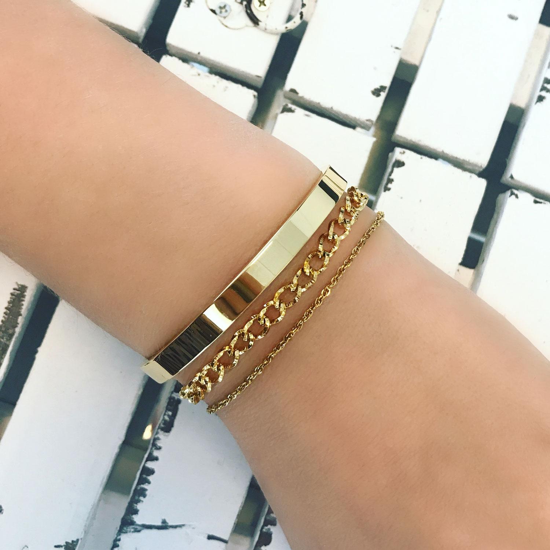 Gouden armbanden om de pols met mix