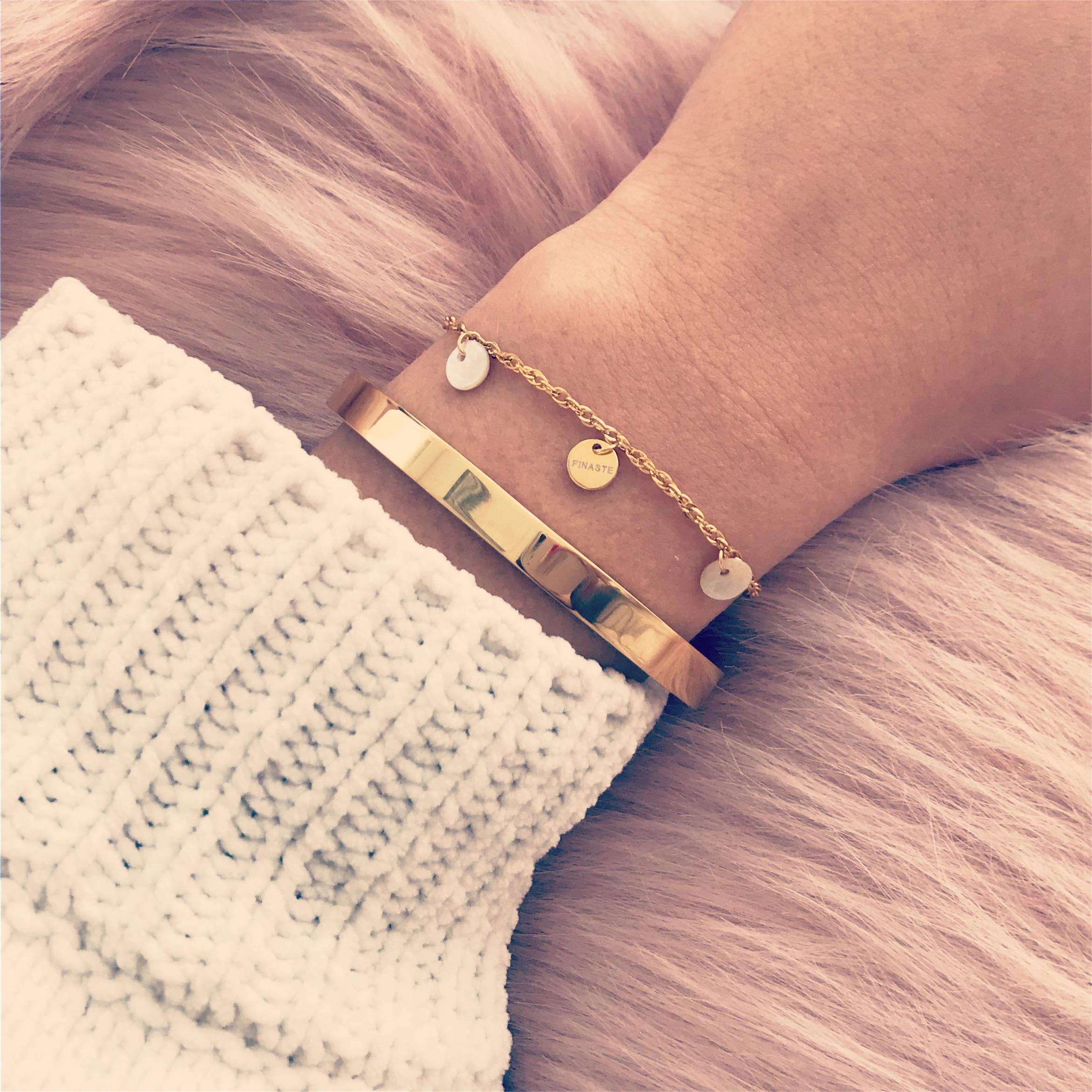 Gouden armbandjes met roze vachtje gecombineerd
