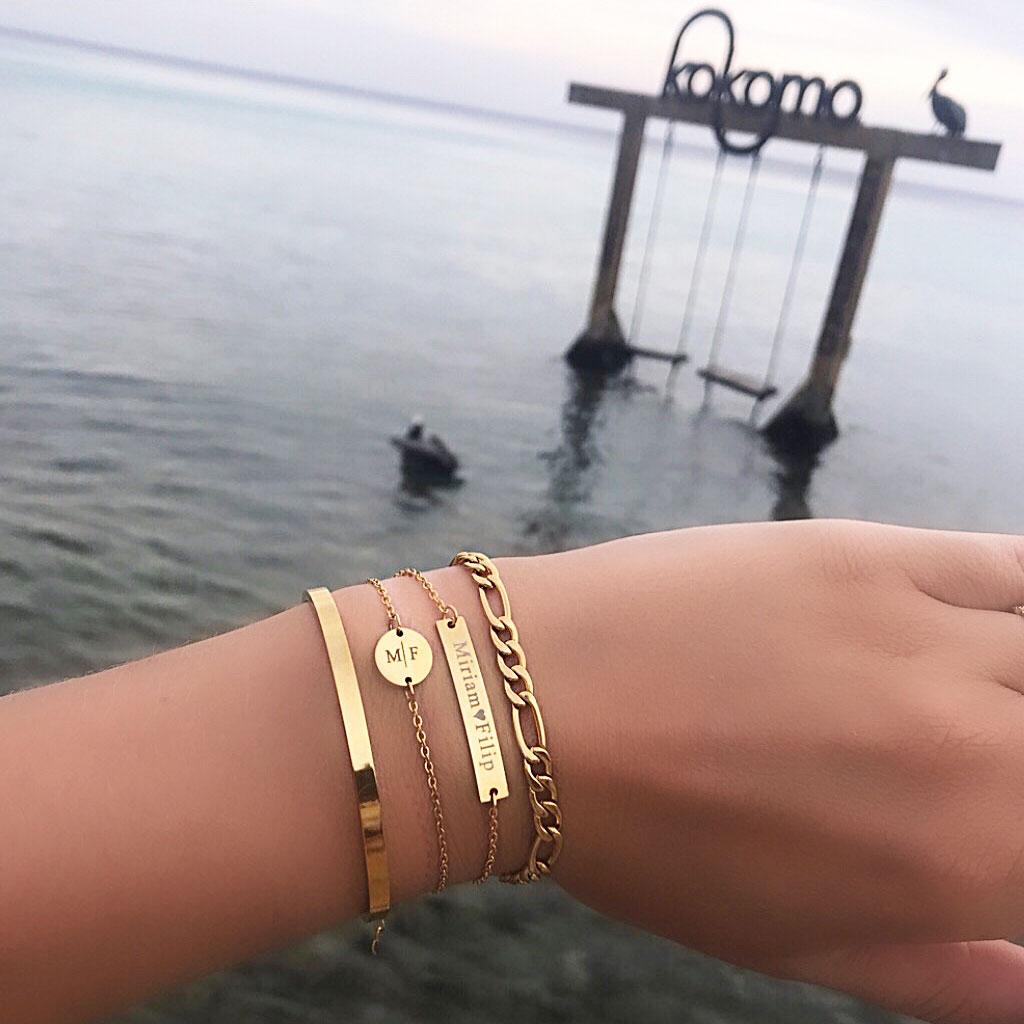 Mooie gouden armparty om de pols voor een stoere look op het strand