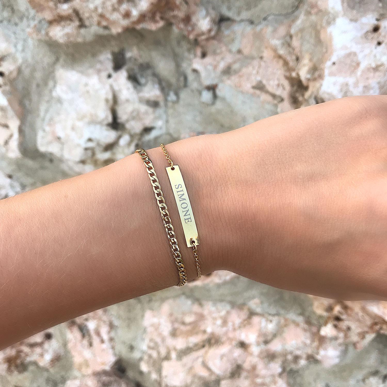 Gouden armband met gravering om de pols met bar