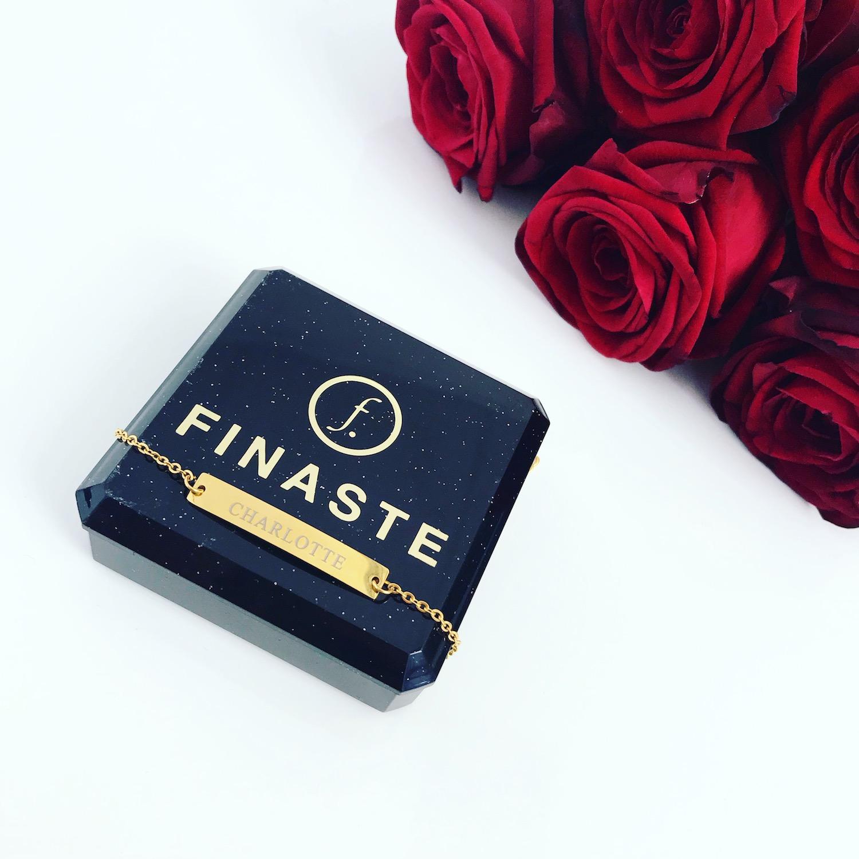 Gouden graveerbare bar armband op doosje met rozen