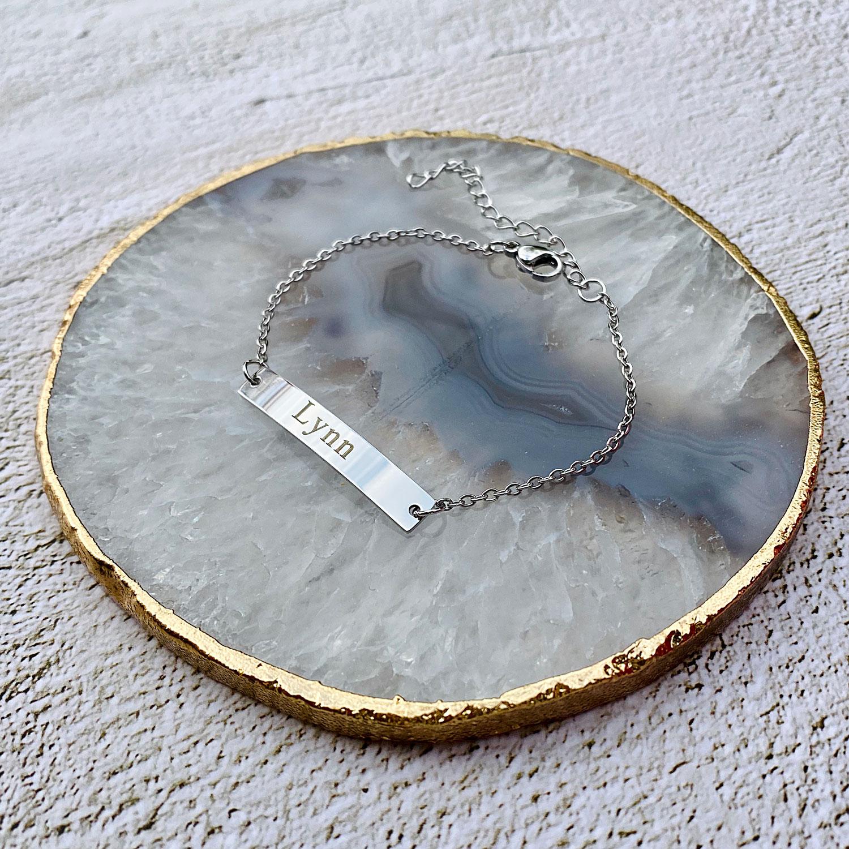 Zilveren armband met naam op stenen ondergrond