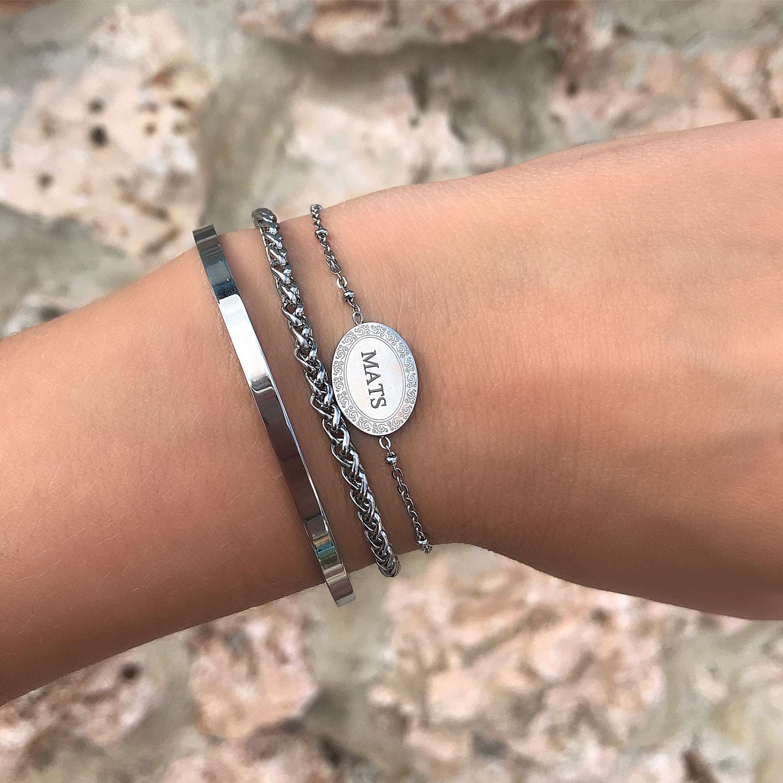 Zilveren armbandjes met een gravering om de pols