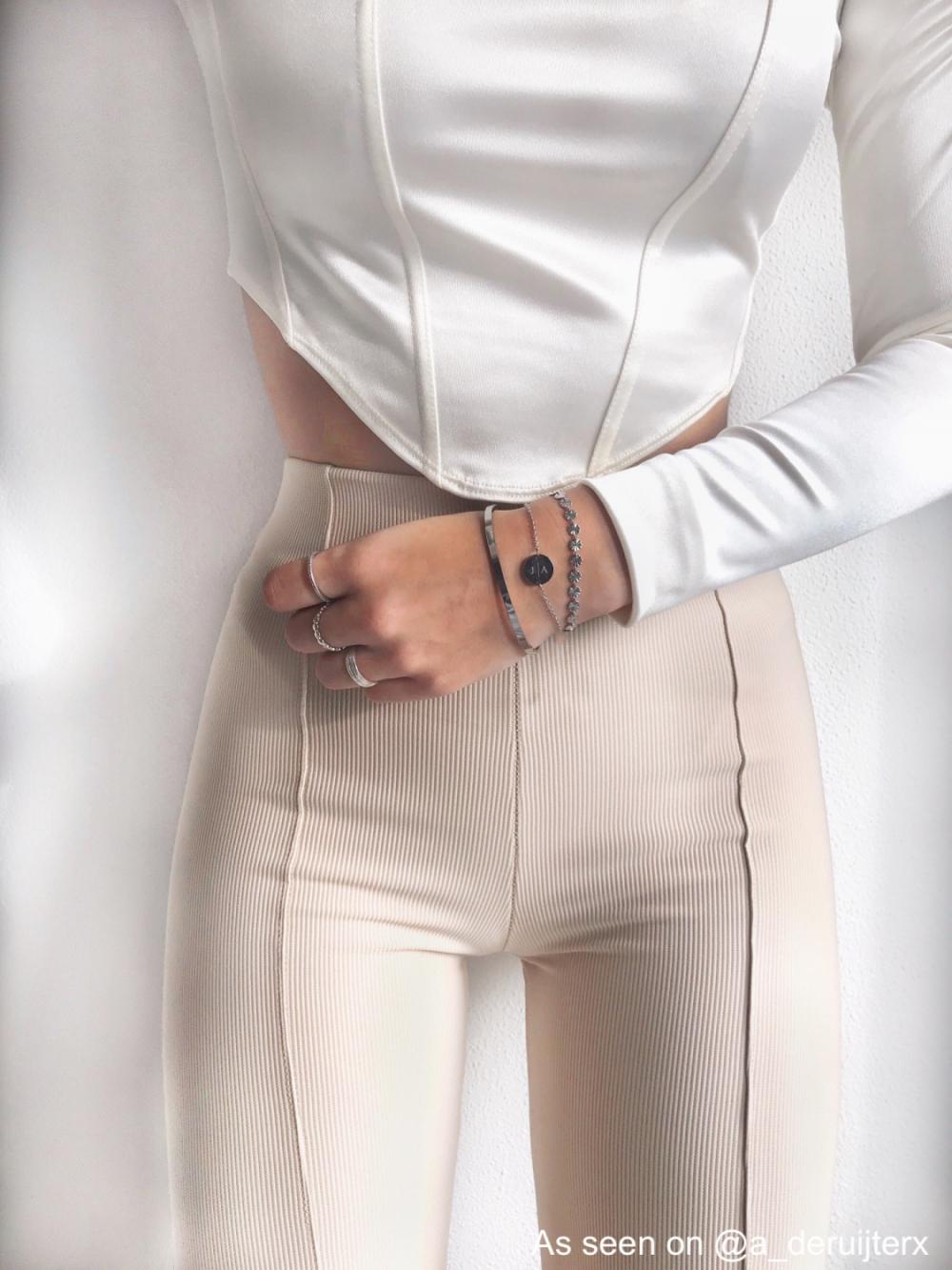 Finaste girl draagt armbanden mix