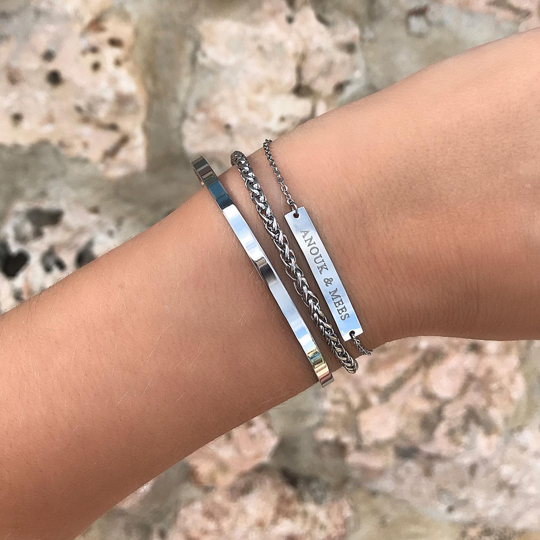 Mooie armband met gravering om de pols samen met naam