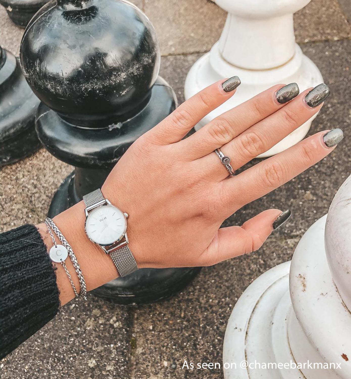 Zilveren ringen gedragen door influencer