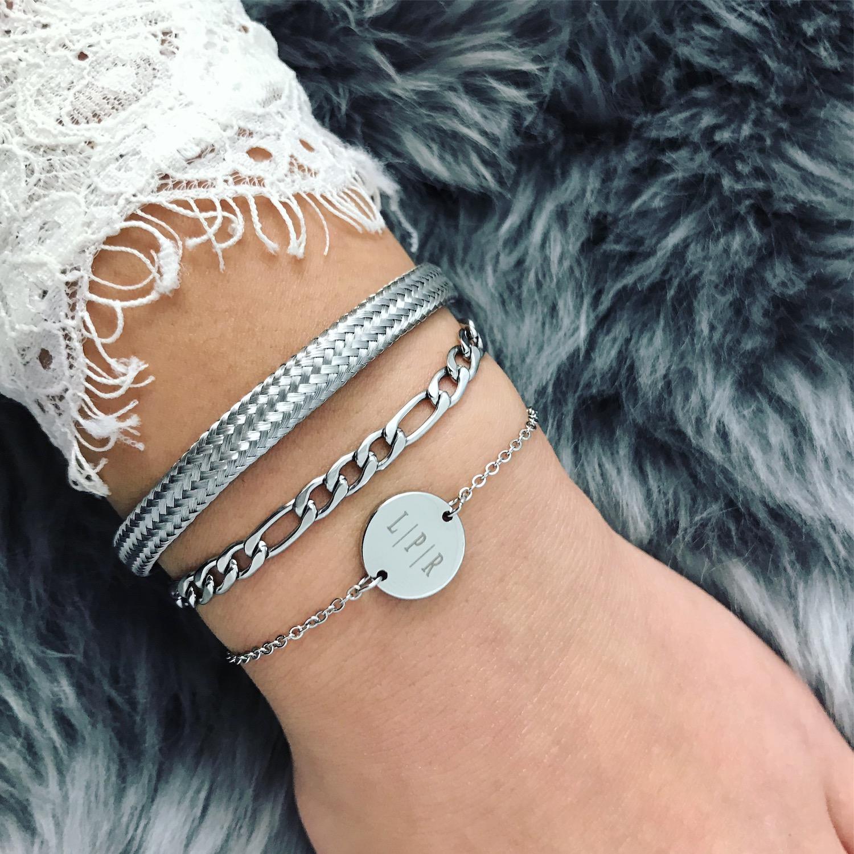 vrouw draagt stainless steel armbanden van sieradenmerk finaste