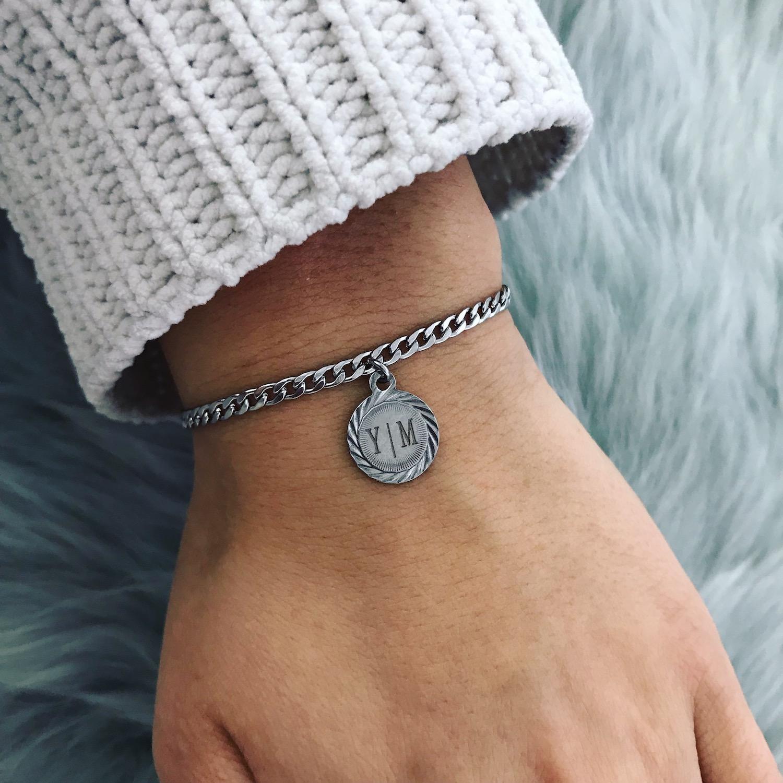Lichte trui met graveerbare armband met vintage muntje