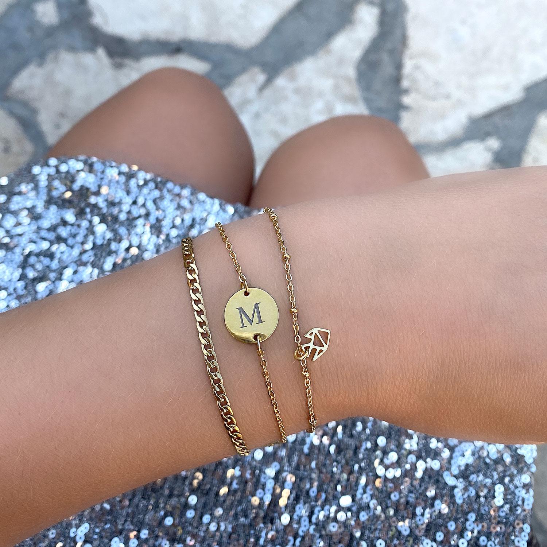 Mooie initial armbandjes om de pols met een leuke look