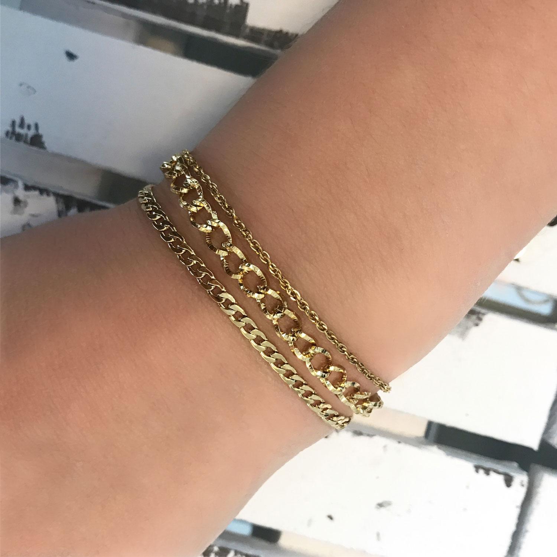 Gouden basis armbanden om de pols met een mix