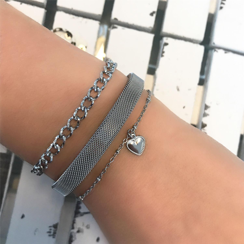 Zilveren mesh bangle om de pols met mix van armbandjes