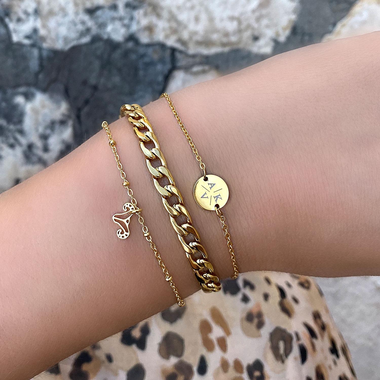 Mooie gouden sieraden om de pols met een schakel