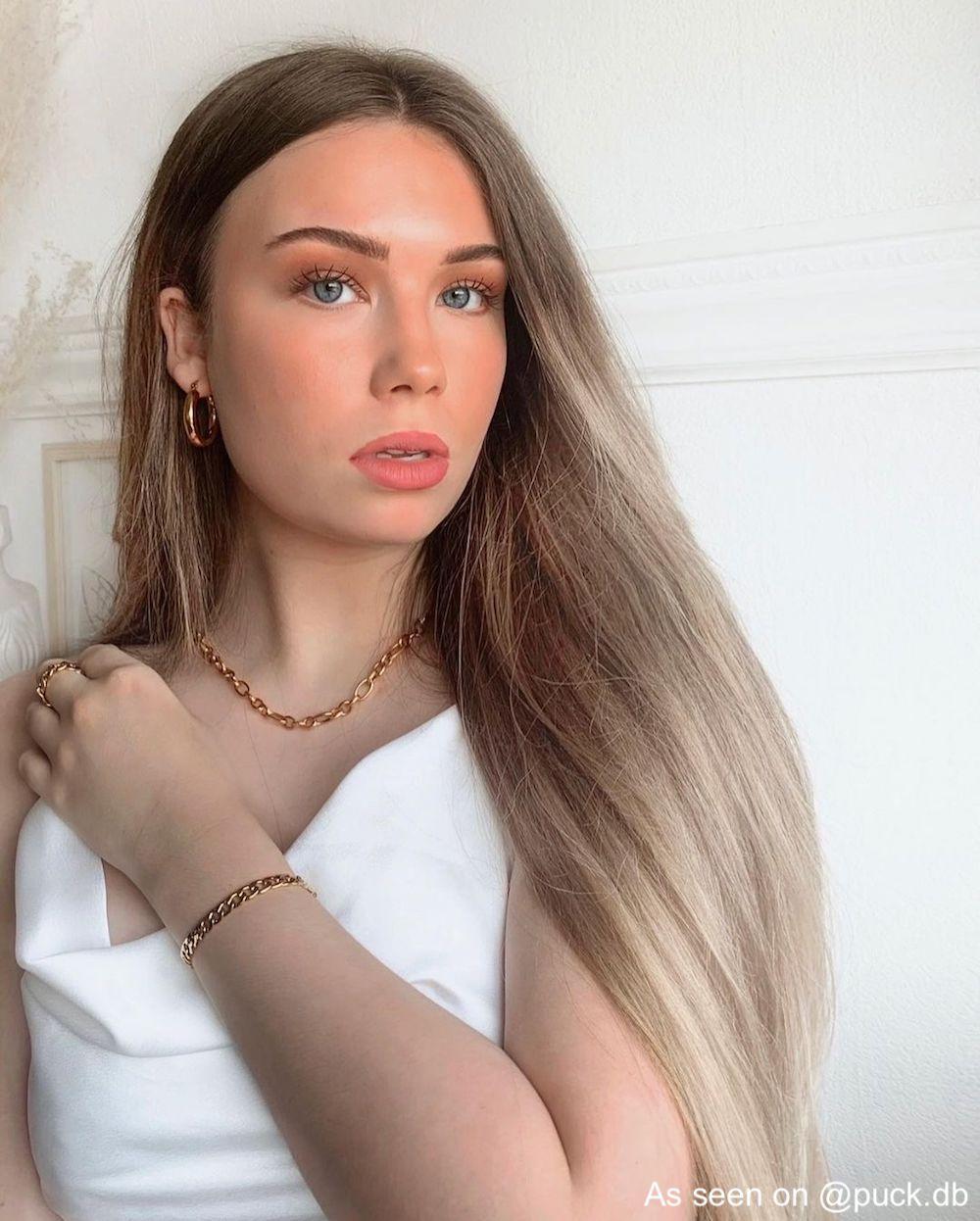 Influencer draagt gouden sieraden set