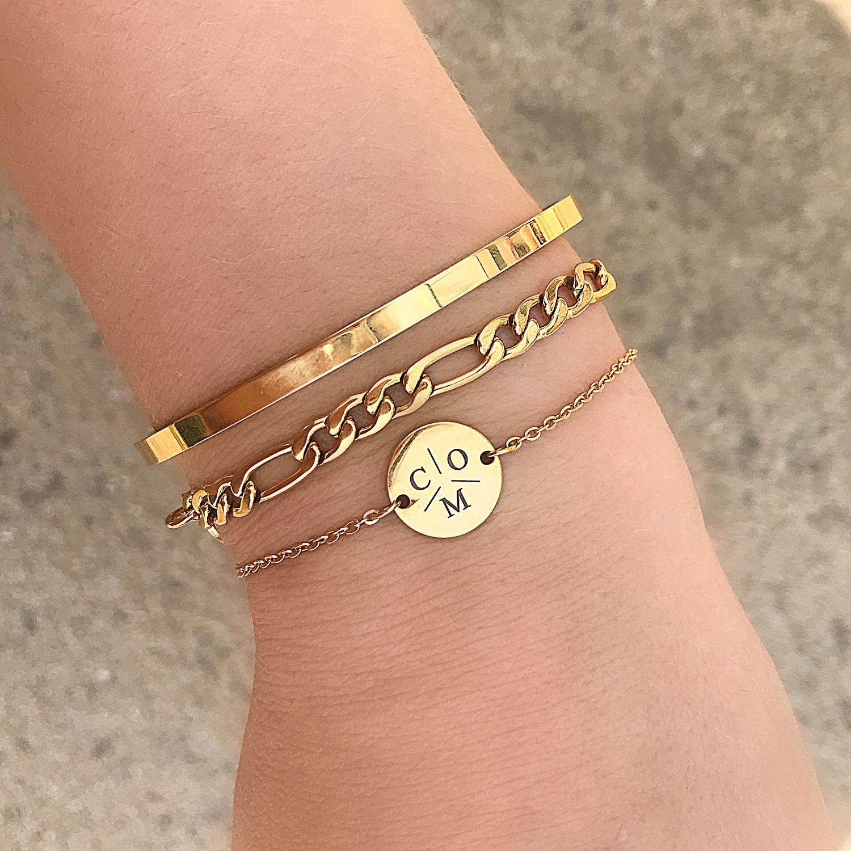 Gouden graveerbare armband om de pols op het strand