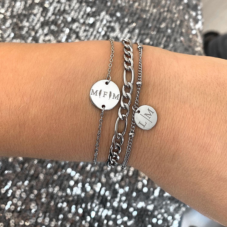 mooie look van zilveren armbanden om de pols voor een complete look