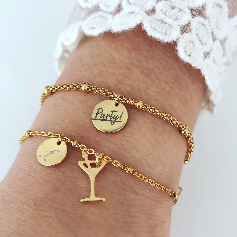 Twee gouden party armbandjes met quote en cocktail