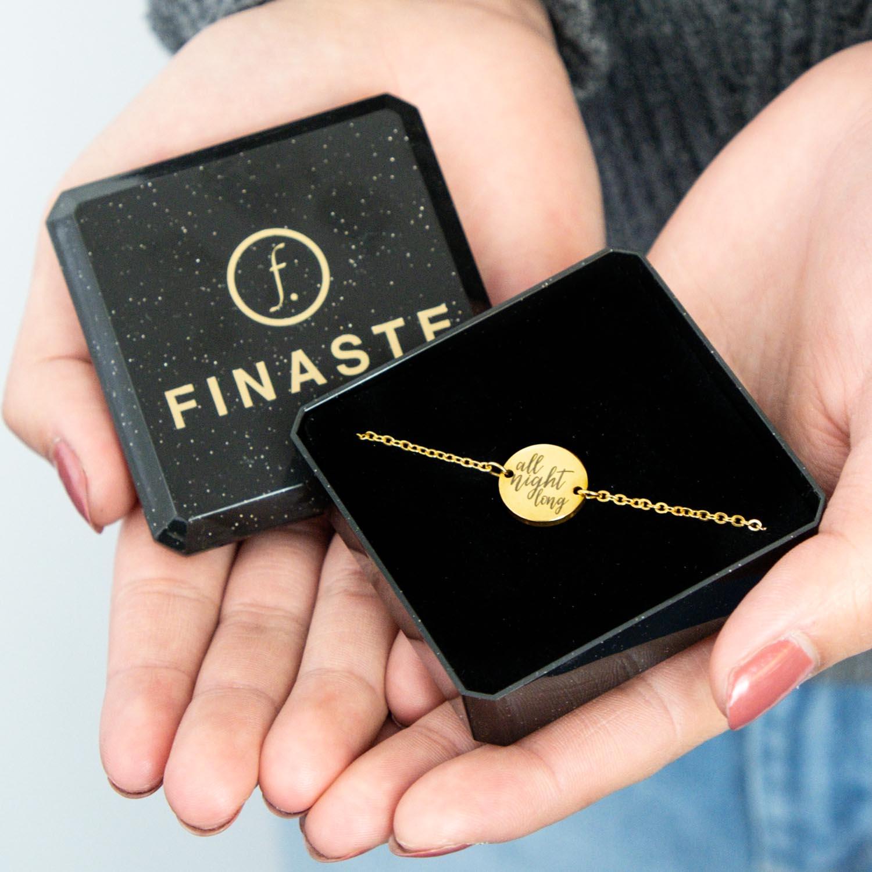 Gouden armbandje goud met quote in sieradendoosje