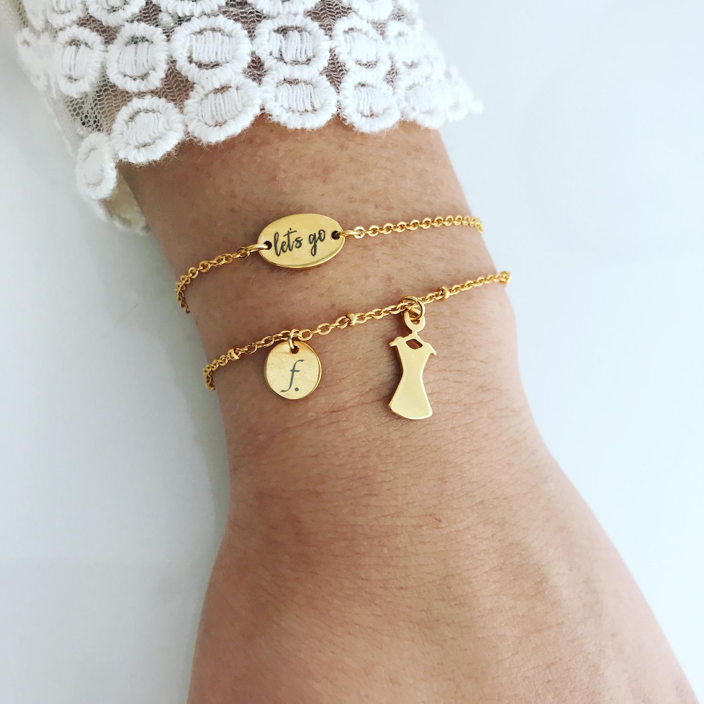 Twee gouden armbandjes met jurkje en quote en kanten top