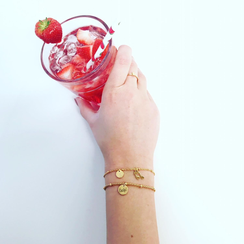 Twee gouden armbandjes pols met cocktail goud