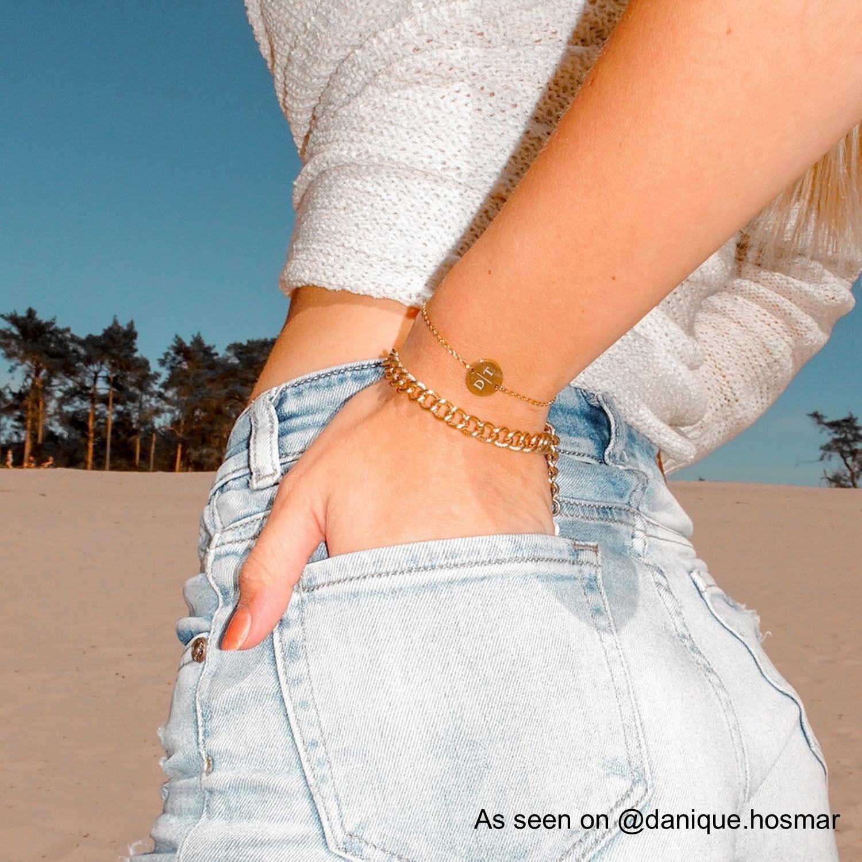 Gouden armparty bij influencer op strand