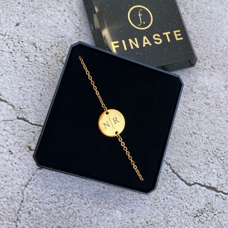 Gouden twee initialen armbandje in sieradendoosje