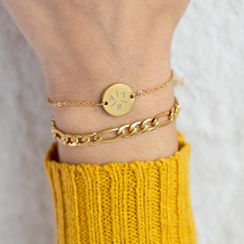 Pols met schakelarmband goud en initialen armband